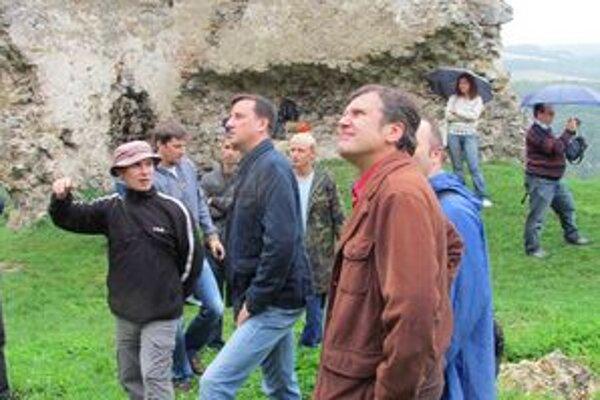 Minister kultúry SR Daniel Krajcer. Obzrel si hrad Brekov.