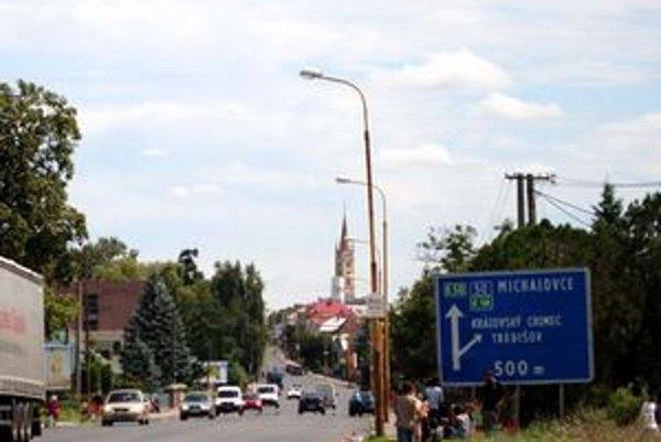 Rómski hubári lemujúci vstup do Sečoviec sú v posledných týždňoch každodenným obrázkom.