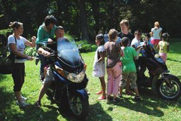 Obliehané motorky. Deti sa predbiehali, kto sa prevezie skôr. Motoriek sa nevedeli nabažiť.