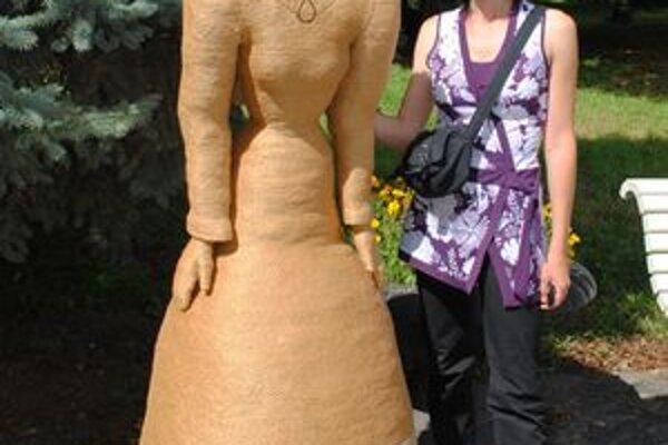 Rekordná postava. Zuzana Lahučká so svojím rekordom – najväčšou postavou vytvorenou zo špagátu.