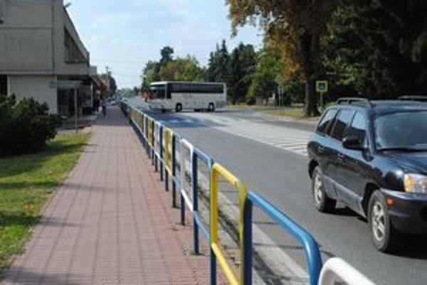 Cesta I/50. Vodiči na drahých autách jazdia podľa Sobrančanov centrom mesta prirýchlo.