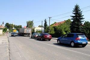 Stoja v kopci. Kolóny áut sa neraz ťahajú cez celú dedinu...