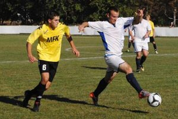 Hosťujúci Martin Viňanský uniká Norbertovi Horňákovi. V zemplínskom derby však triumfovali domáci, ktorí zvíťazili tesne 1:0.