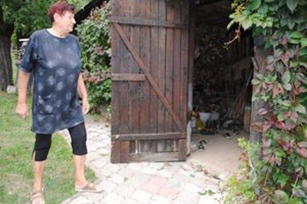 Dôchodkyňa. Zlodej jej ukradol auto aj malotraktor. Alžbeta tvrdí, že jej muž o krádeži vedel. Roky mlčania mu nedokáže odpustiť.