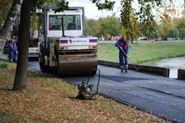 Oprava. Firma chodník opäť vyfrézovala a dala nový asfaltový povrch.