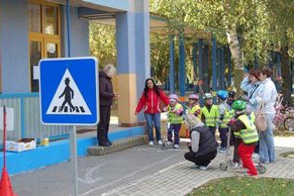 Malí škôlkari súťažili na bicykloch a kolobežkách.
