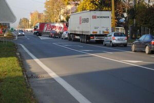 Vidieť kamióny na Mierovej ulici je bežné. Obyvateľom tu strpčujú život.