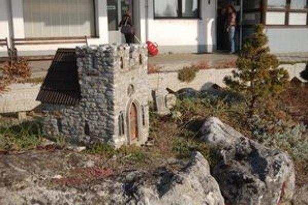 Miniatúra gotického kostolíka je ozdobou stanice.