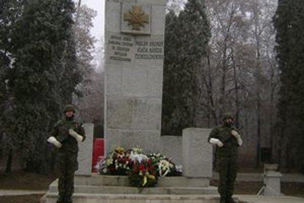 Pomník na cintoríne Červenej armády. Pred 67 rokmi boli oslobodené Michalovce.