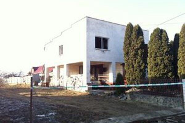 Dom v Čiernej. V izbe našli hasiči obhorené telo.