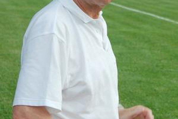 Oslávenec Fridrich Bliščák vo svojom doteraz poslednom zápase v úlohe trénera, keď v Lastomíre doviedol k treťoligovému postupu Topoľany.
