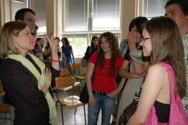 Sympatickú Američanku trebišovskí študenti nešetrili. Zvládla ich s nadhľadom.