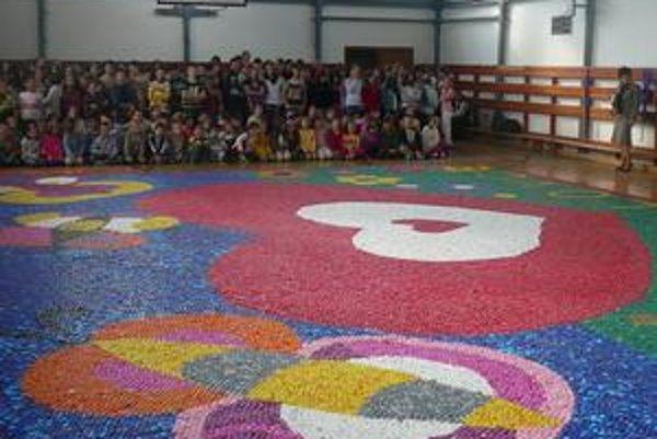 Obraz z vrchnákov. Je najväčším na Slovensku. Má 96,14 metra štvorcového.