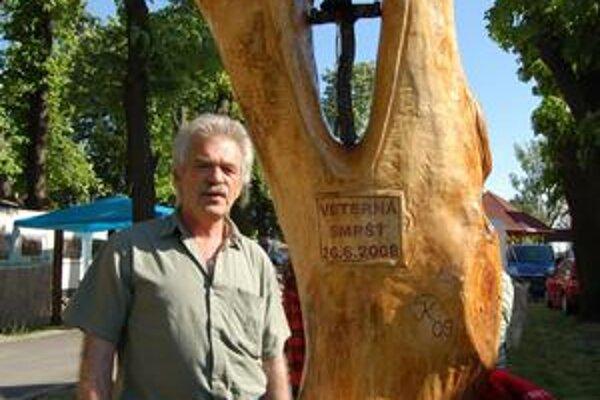 Umný rezbár. Ján Kešeľ okrem svojho podpisu vrezal do dreva aj dátum kalamity ako memento pre budúce generácie.