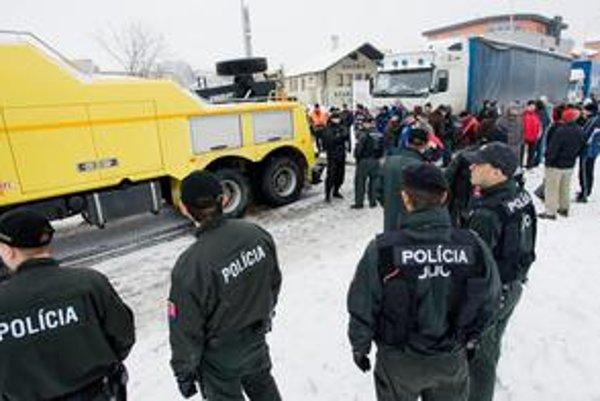 Politici si nevedia poradiť s kamionistami, ktorých nútia platiť za svoje chyby. Na pomoc si zavolali políciu aj so psami.