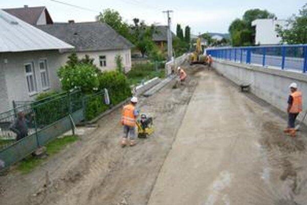 Aktuálne. Stavbári pripravujú miestne komunikácie na prekrytie asfaltom a kladú žľabovky na odvod dažďovej vody z plochy.
