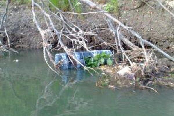 Cigarety na rieke. Jeden balík sa zachytil o konáre. Druhý vytiahli policajti na motorovom člne.
