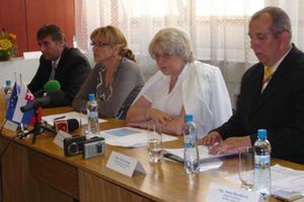 Generálny riaditeľ nemocnice Michal Adami (prvý vľavo) uviedol, že konečné číslo prepustených zamestnancov by sa malo zo 170 znížiť na 120 až 125.