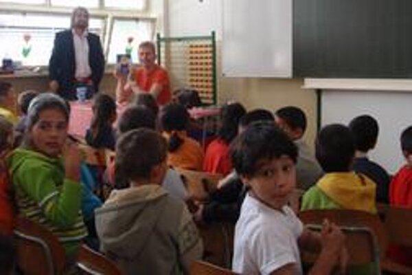 Básnik a žiaci. Deti zo ZŠ v Blatných Remetoch Šefčíkove básne zaujali.