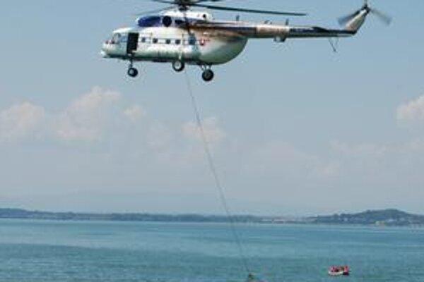 Cvičenie. Vrtuľník vyťahoval topiacich sa za pomoci evakuačnej siete.