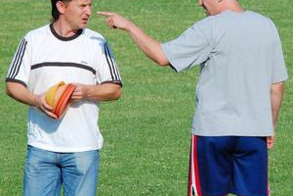 Trénerská dvojica. Rastislav Tomovčík (vľavo) a Norbert Belán počas prvého tréningu v Topoľanoch.