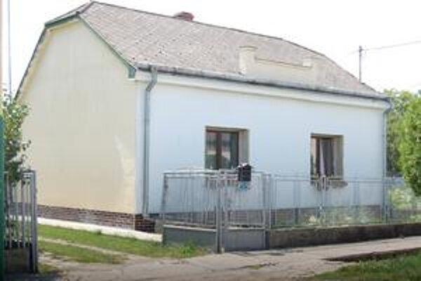 Dom rodiny Š. bol včera opustený, k prišelcom sa ozýval len pes. Mária, jej manžel aj príbuzní odišli preč.