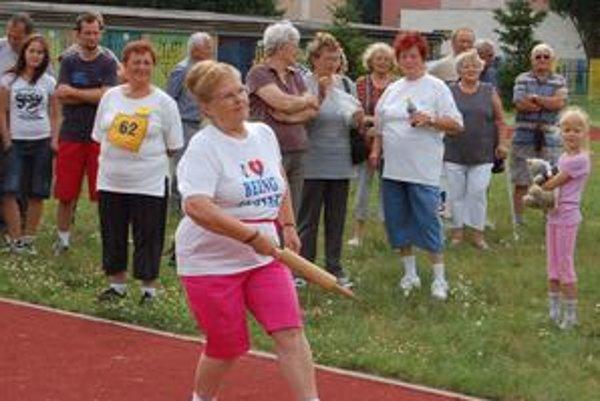 Hod rozvalkou. Márii Hrehovčíkovej (64) sa táto disciplína veľmi páčila.