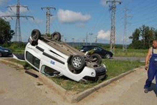Prevrátená dodávka. Vodič a spolujazdec vyšli zo zdemolovaného auta cez kufor.