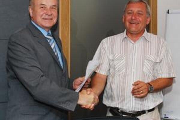 Úsmevy primátora Vranova T. Leša (vľavo) a viceprezidenta Iuventy Michalovce S. Janiča potvrdzujú spokojnosť.