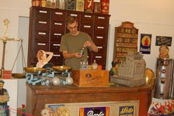 Za pultom. Takto to vyzeralo pred 80 rokmi v obchode.