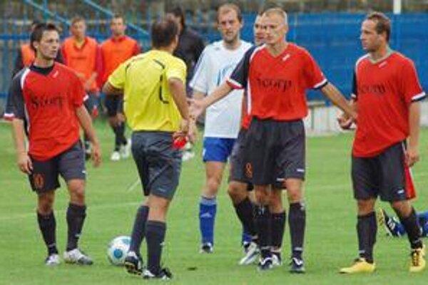 O chvíľu sa začervenalo. Rozhodca Leško vyťahuje pre R. Ľubarského červenú kartu, snaha spoluhráčov zabrániť vylúčeniu bola márna.