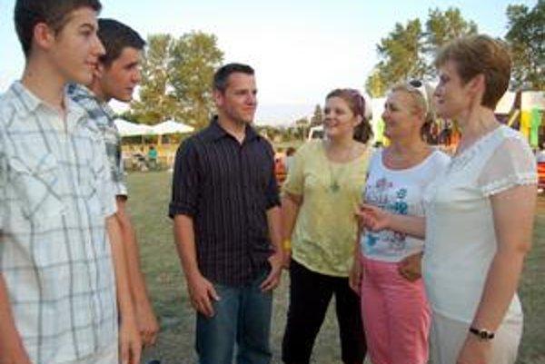 Všetci sú rodáci - John Noll z USA (tretí zľava), Valéria Eľková z Markoviec (druhá sprava) aj rodina Viselkovcov z Dúbravky.