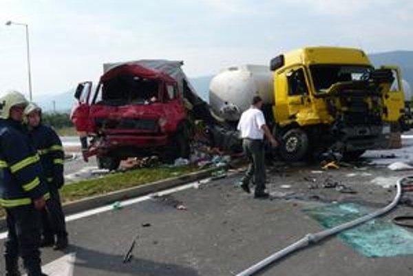 Čelný náraz. Zrážku s kamiónom neprežil 57-ročný vodič ťahača cisterny s benzínom, ktorý ju podľa polície zapríčinil.