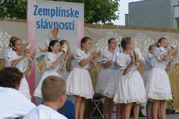 Slávnosti. V programe vystúpili aj malí folkloristi. Na snímke DFS Zemplínik.