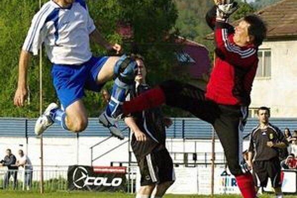 Zaokrúhlil víťazstvo. Marián Škirda (vľavo) strelil desiaty gól Medzilaboriec.