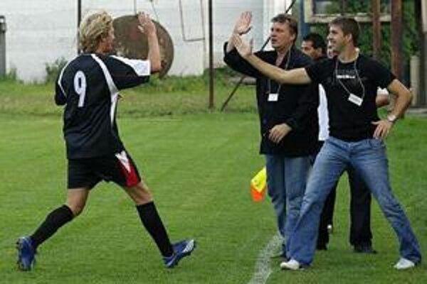 Michal Ferčák pri oslave gólu s Gabrielom Džuganom (ved. mužstva) a Lukášom Gabákom (úplne vpravo).