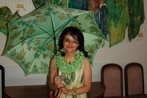 Alena Niklasová predstavuje pestrofarebný hodvábny svet.