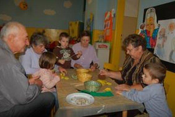 Dôchodcovia a vnúčatá. Piatkové dopoludnie strávili v materskej škole spoločne.