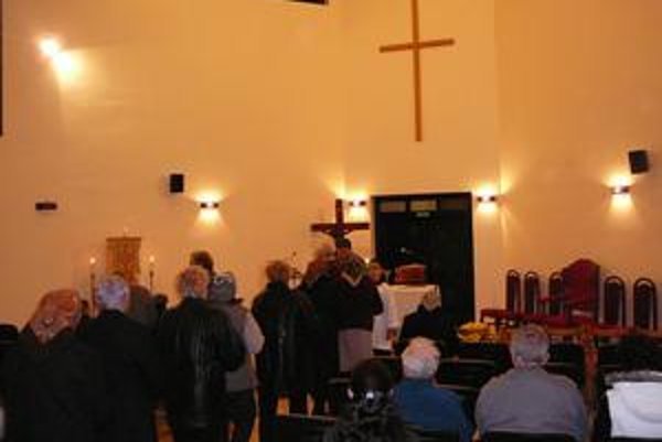 Svätá omša. Pre rekonštrukciu kostola prebieha v dome smútku.