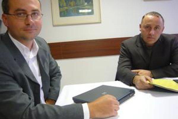 Výkonný riaditeľ Chemlonu Peter Kušnír (vľavo) a predseda predstavenstva Chemlonu Eugen Bekéni ponúkli zamestnancom Chemlonu vyplatenie zálohy 100 eur na ruku.