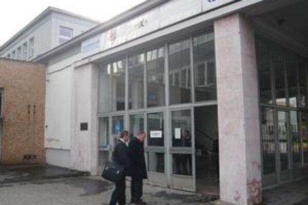 Prišli rokovať. V utorok napoludnie prišli na dôležité rokovanie do Chemesu Peter Kušnír (vľavo) a Eugen Bekéni.