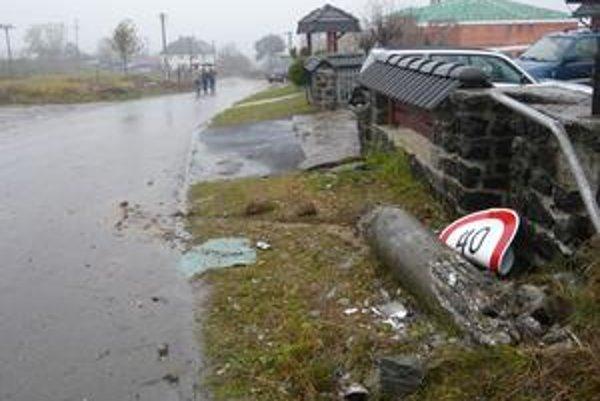 Miesto nehody. Na tomto mieste narazilo auto najprv do značky, potom do elektrického stĺpa. Odhodilo ho a prevrátilo sa na strechu.