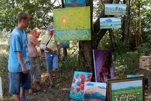 Z Iňačoviec do Bratislavy. Plenér sa tešil pozornosti umelcov aj obdivovateľov umenia z regiónu. Diela vystavili v prírode pri Iňačovciach, teraz poputujú do Bratislavy.