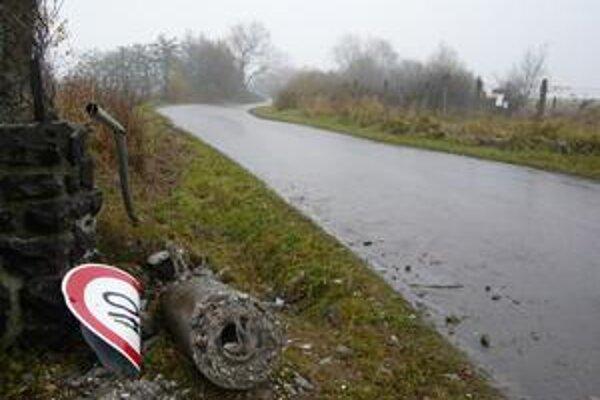 Miesto, kde po havárii opitého vodiča-policajta vyhasol ľudský život.