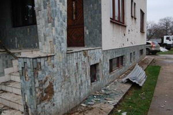 Auto poškodilo dom. Opadali obkladačky a porozbíjali sa okná.