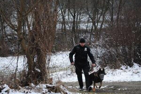 Telo bolo v rieke. Ešte aj tesne predtým ako telo muža zbadali v splave v Ciroche obyvatelia z osady Kostrubáň, prehľadávali okolie rieky policajti so služobnými psami. Podľa našich informácií práve tam končila pachová stopa v snehu.