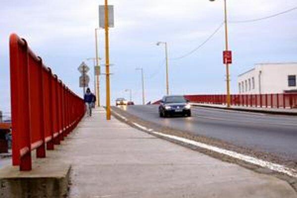 Chodecký adrenalín. Chodník je úzky, sú na ňom stĺpy verejného osvetlenia a je bez oplotenia či zvodidiel. Chodec si na ňom v čase dopravných špičiek užije adrenalínu.