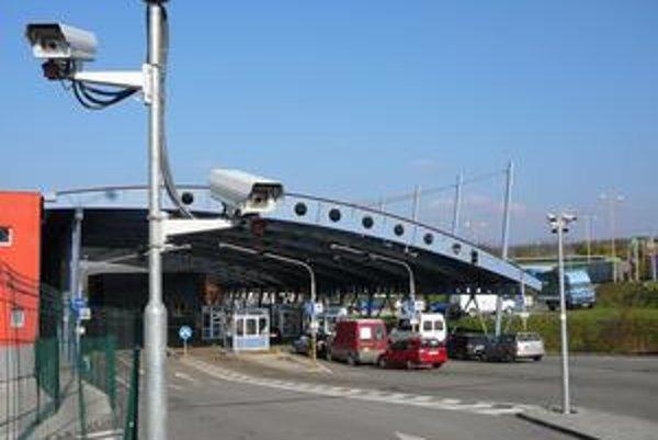 Kamery na hraničných priechodoch sú vybavené aj infračerveným žiarením. V obciach nie.