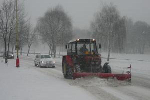 Sneh patrí k zime, ale cestárom spôsobuje starosti.