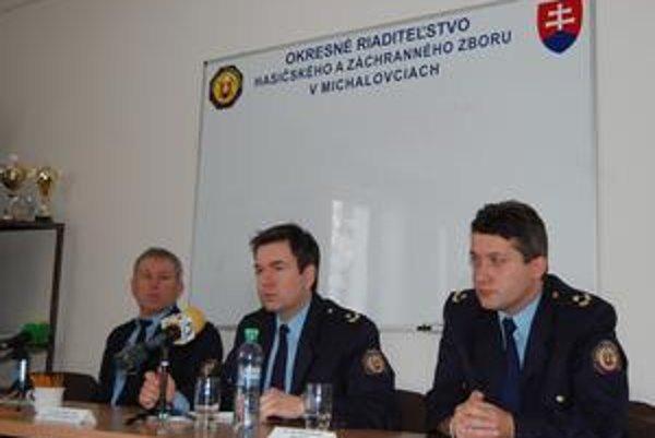 Hasiči. Zľava požiarny preventista Dušan Guľáš, riaditeľ OR HaZZ Martin Tejgi a vyšetrovateľ požiarov Marián Kováč.